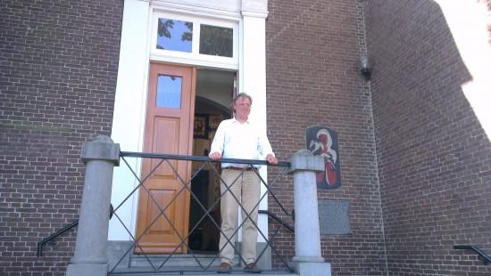 Otte Strouken-Busink wacht de deelnemers op bij het museum (foto Lilian Lambrechts)