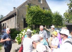 De gids geeft informatie bij een monumentale boerderij in Drimmelen (foto Martien Veekens)