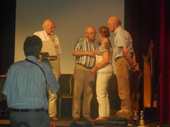 Enkele jubilarissen worden gehuldigd (foto Martien Veekens)