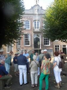 In Geertruidenberg voor het raadhuis (foto Martien Veekens)