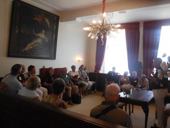 De deelnemers nemen een kijkje in het oude raadhuis van Geertruidenberg (foto Martien Veekens)