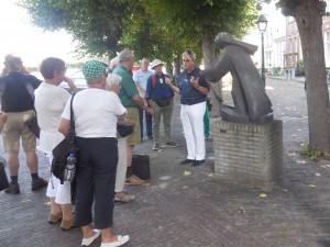 Bij het Gertrudisbeeld wordt over de legende verteld (foto Martien Veekens)