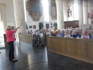 In de Geertuidskerk wordt uitleg gegeven en een bezoek gebracht aan de tentoonstelling over het Halve Zoollijntje (foto Martien Veekens)