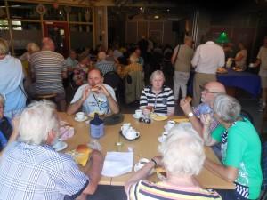 Lunchen in 'Ons Dorpshuys' in Drimmelen (foto Martien Veekens)