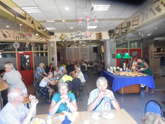 De verse broodjes smaken de deelnemers goed (foto Martien Veekens)