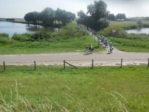 Door de groene polders en over bruggetjes naar de molen (foto Martien Veekens)