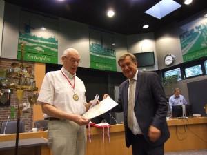 Wim van Rooij (l) ontvangt de felicitaties van Henk Hellegers vanwege zijn 60ste deelname