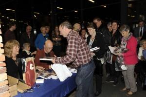 Drukte bij de signeersessie van het boek